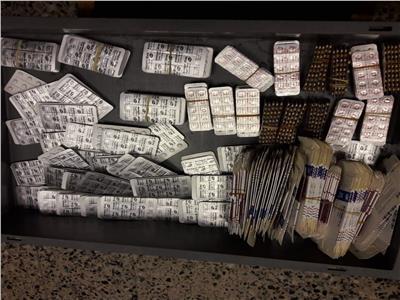 الأدوية التي تم ضبطها مع الراكب بمطار الغردقة