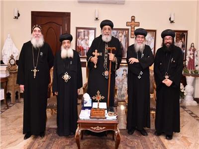 البابا تواضروس يستقبل اسقف المنيا بحضور أعضاء المجمع المقدس