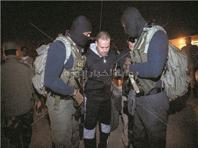 الإرهابي هشام عشماوي أثناء ترحيله لمصر