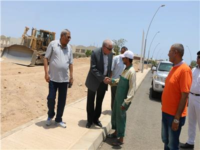 محافظ جنوب سيناء يوزع العيدية على العمال