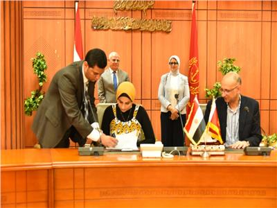 توقيع عقود الأطقم الطبية والإدارية لمراكز ووحدات التأمين الصحي الجديد