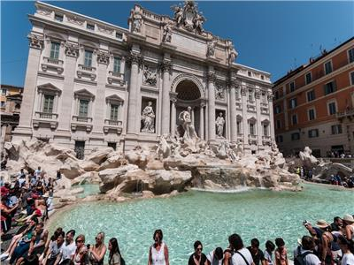 إيطاليا تفرض غرامة للغناء والأكل والغطس