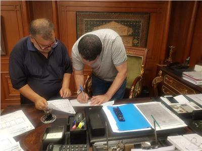 إيهاب جلال أثناء توقيعه للمصري