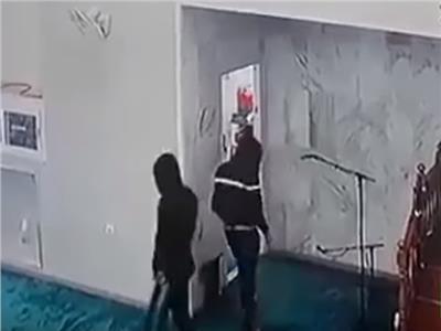 شاهد..سرقة محتويات مسجد في الجزائر.. حتى الميكروفون لم يسلم