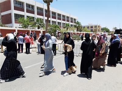 الطلاب في حالة من الزهول بعد خروجهم من امتحان الانجليزي