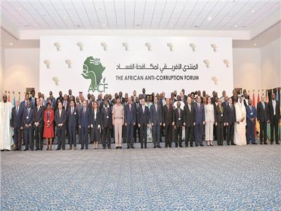 الرئيس السيسي مع المشاركين في المنتدى الأفريقي لمكافحة الفساد