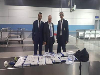 المناظير الطبية التي تم ضبطها مع راكب عربي بالمطار