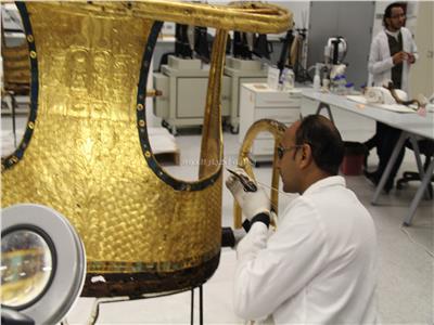 عمليات ترميم العجلة الخاصة بالملك توت - تصوير: محمد مصطفى بدر