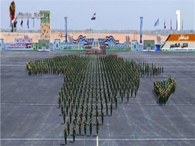 عرض عسكري لضباط الصف المعلمين في حفل تخرجهم، على شكل قارة أفريقيا