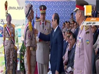 علق الرئيس عبد الفتاح السيسي، نوط التخرج لدفعة 157 ضباط صف