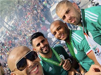 الجزائريون يحتشدون بالشوارع للاحتفاء بأبطال إفريقيا