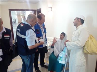 المشرف على بعثة وزارة الصحة ورئيس البعثة في جولة بالعيادات