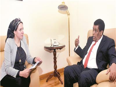 محرر «الأخبار» خلال حوراها مع سفير إثيوبيا .. تصوير : علاء محمد