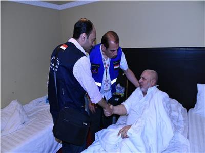 بعثة الحج الطبية خلال الاطمئنان على أحد الحجاج المصريين