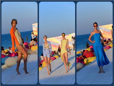 عرض أزياء على البحر