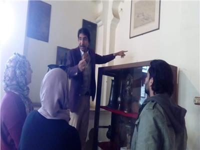 د. ياسر منجي خلال عمل اللجنة بالمتحف