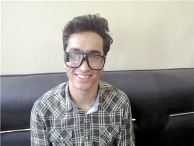 عمر عبدالسلام يرتدى النظارة الذكية