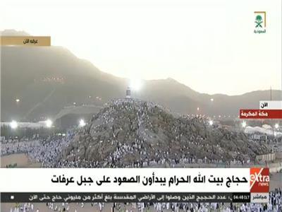 الحجاج يبدأون صعود جبل عرفات