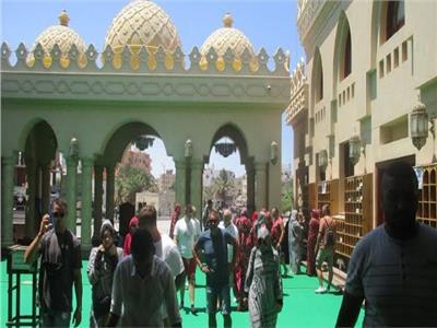 وفود سياحية من جنسيات مختلفة تزور مسجد الميناء الكبير بالغردقة