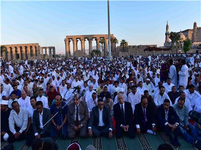محافظ الأقصر يؤدى صلاة العيد وسطالآلاف منالأهالى