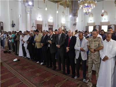 محافظ السويس يؤدي صلاة العيد وسط الأهالي بمسجد بدر