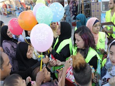 أصنع بهجه ... متطوعون أقباط يوزعون ورود وشكولاته وهدايا امام معبد الاقصر