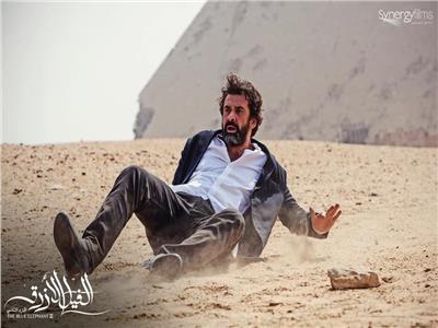 كريم عبد العزيز في لقطة من فيلم الفيل الأزرق 2