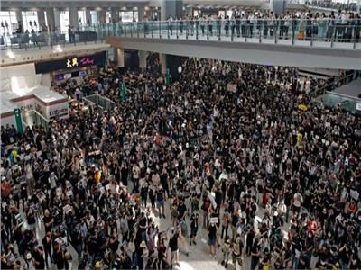 مطار هونج كونج يكتظ بالمحتجين