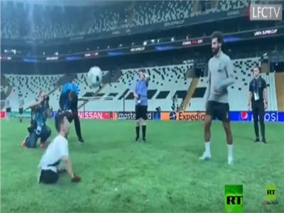 محمد صلاح يلعب مع طفل مبتور القدمين