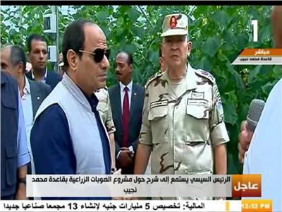 الرئيس السيسي اثناء تفقدة الصوب الزراعية الجديدة