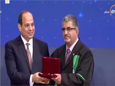 الدكتور هشام العنانى اثناء تكريمة من الرئيس عبد الفتاح السيسي