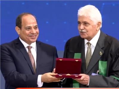 الدكتور شريف عبد الرازق اثناء تكريمة من الرئيس عبد الفتاح السيسي