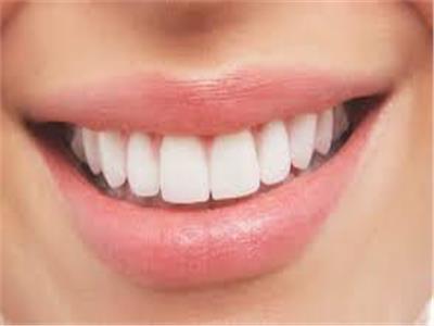 للمدخنات .. 4 طرق طبيعية لتبيض الأسنان