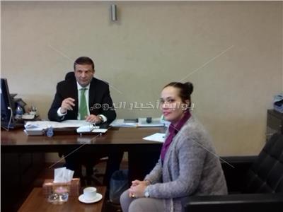 علاء فاروق الرئيس التنفيذي للتجزئة المصرفية بالبنك الأهلي مع محررة بوابة أخبار اليوم