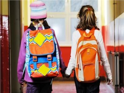 الطريقة الصحيحة لحمل طفلك لـ«شنطة المدرسة»