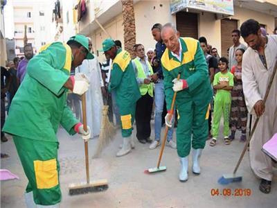 محافظ البحر الأحمر يشارك في أعمال النظافة