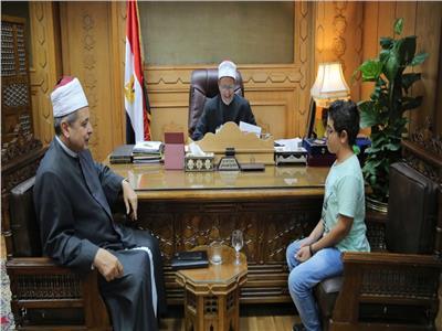 وكيل الأزهر يكرم طالبا أزهريا ترأس نموذج محاكاة البرلمان المصري
