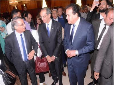 وزيرا التعليم والاتصالات يتفقدان معرض جامعة مصر