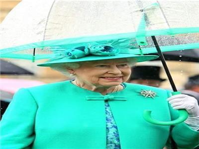 «الشمسية بلون الفستان» .. شعار الملكة إليزابيث في فصلي الصيف والشتاء