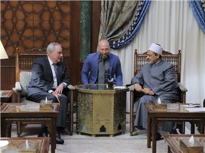الإمام الأكبر خلال استقباله القائم بأعمال السفير الأمريكي بالقاهرة ..