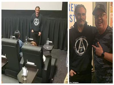 خواكين فينيكس يلتقط الصور مع الجمهور في السينما
