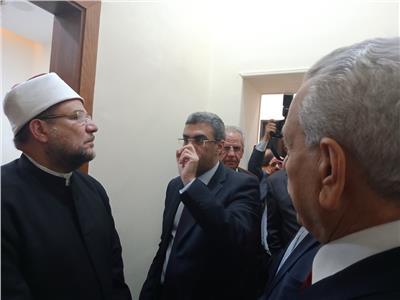 ياسر رزق والحضور بالمنتدى خلال تفقد معرض الصور