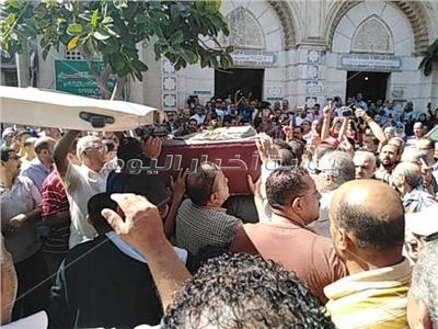 وصول جثمان الفنان طلعت زكريا لمسجد العمري بالإسكندرية