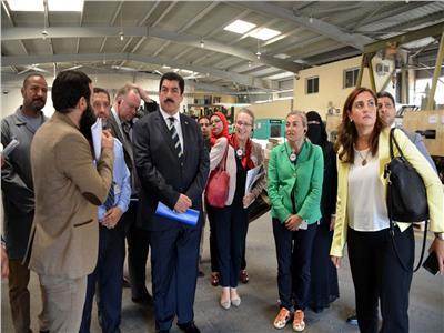محافظ القليوبية وسفيرة النرويج يتفقدان إحدى المصانع المشاركة بالبرنامج العالمي (SCORE)