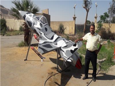 سوهاج يصنع طائرة مجسمة من  الخردة