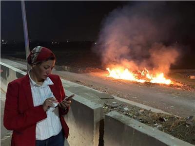 وزيرة البيئة تتوقف وتحرر محضرا على طريق بنها الحر لأحد المخالفين لحرق مخلفات زراعية