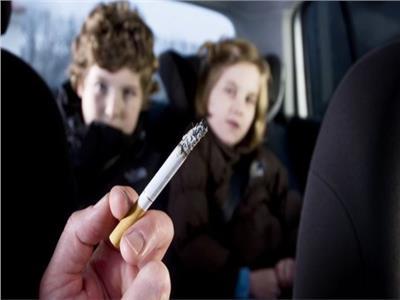 دراسة :التدخين السلبي قد يضر عيون الأطفال