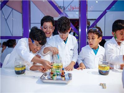 """الأطفال يستكشفون العلم المَرِح في """"الشارقة للكتاب """""""