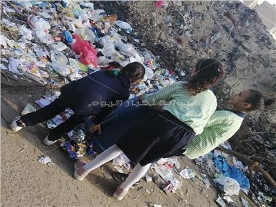 التلاميذ أثناء إلقاء القمامة