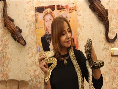 نيفين تعيش قصة رومانسية بين الثعابين والتماسيح